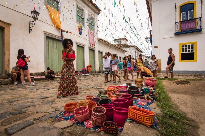 Handcraft para a venda nas ruas de Paraty imagens de stock
