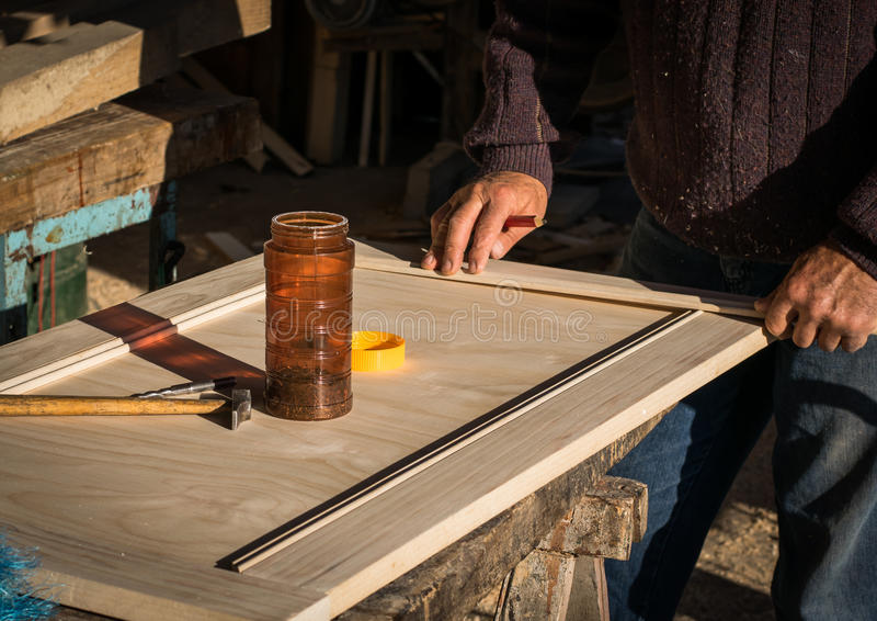 Handcrafted drewniany drzwi w ciesielce fotografia stock