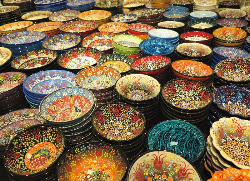 Handcrafted färgrika dekorerade plattor som skjutas på marknaden arkivbild