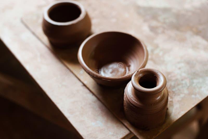Handcrafted på ett hjul för keramiker` s, gör händer lera från olika objekt för hem och försäljning i lagret och på utställningen fotografering för bildbyråer