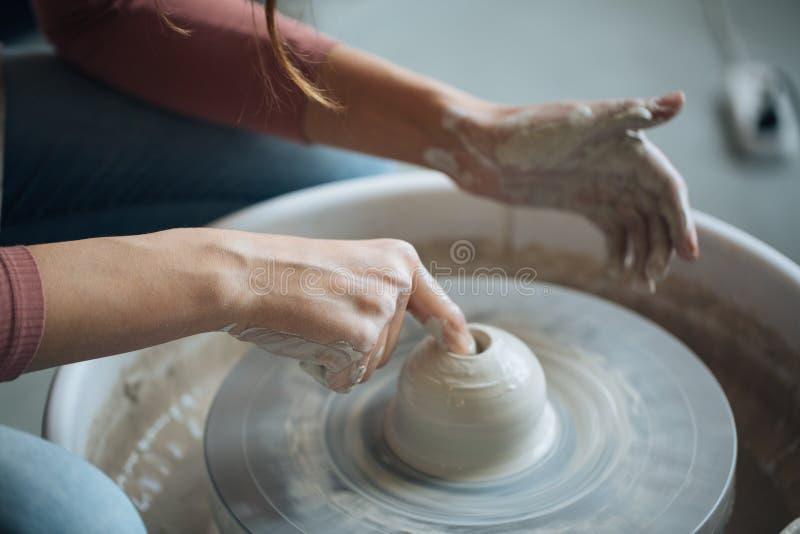 Handcrafted sur une roue du ` s de potier, les mains font l'argile à partir de divers articles pour la maison et la vente dans le photographie stock libre de droits