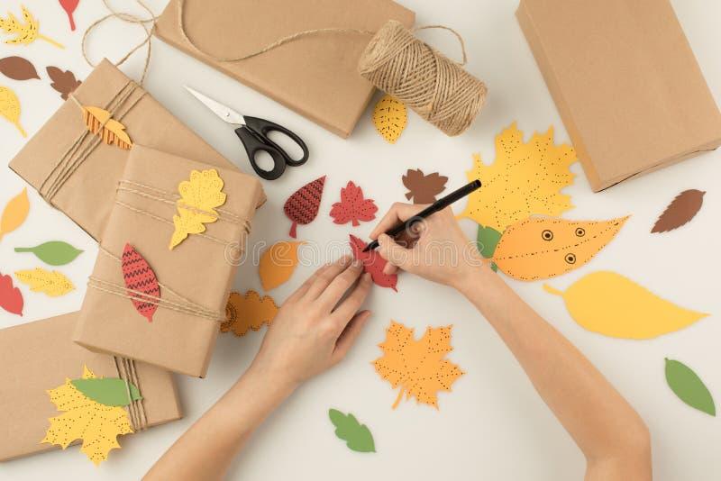 Handcrafting höstgåvor för kvinna fotografering för bildbyråer