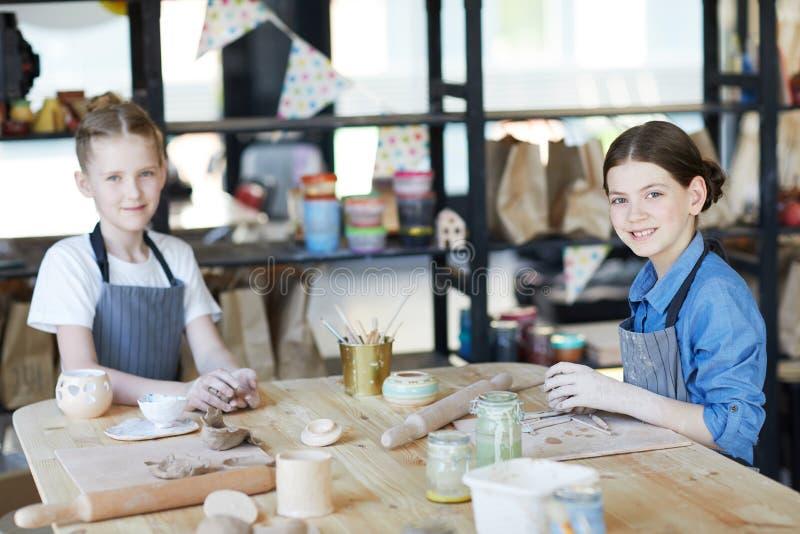 Handcraftmeisjes stock afbeelding