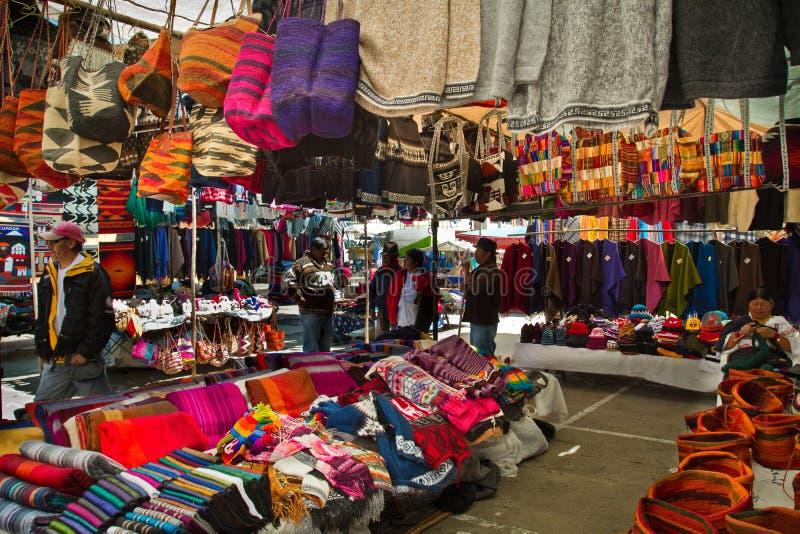 Handcrafts no mercado de rua de Saquisili, Equador foto de stock royalty free