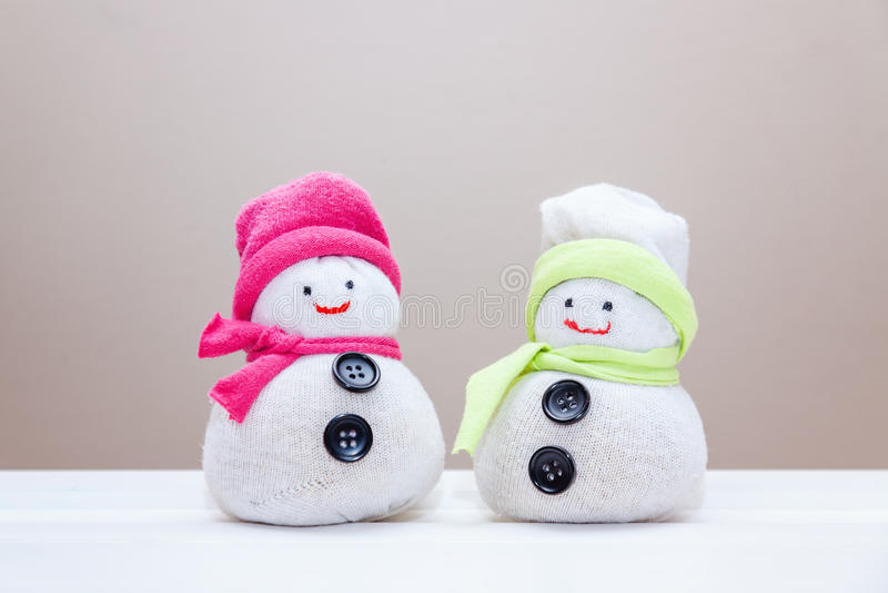 Handcraftstuk speelgoed sneeuwmannen die van sokken en rijst worden gemaakt stock foto's