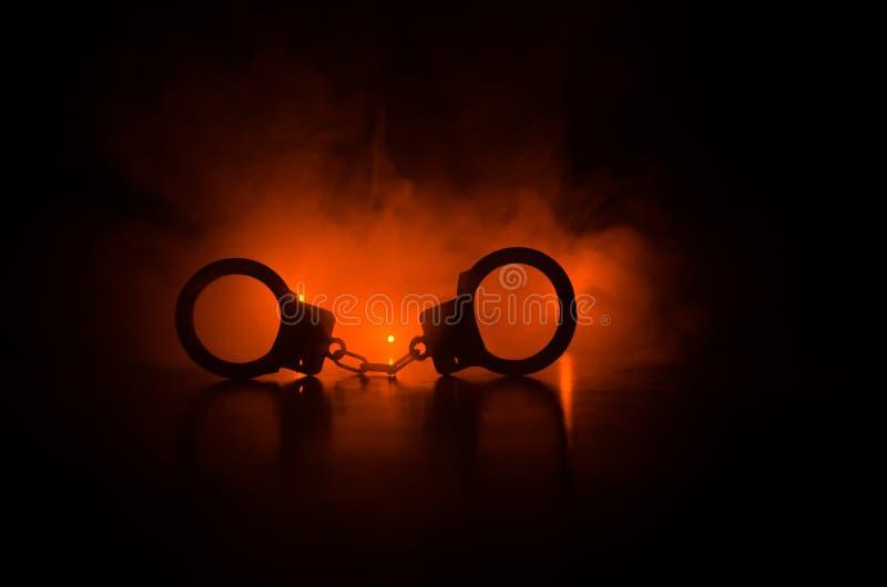 handcuff of sluiting op zwarte achtergrond Silhouet van sluiting op donkere achtergrond royalty-vrije stock afbeeldingen