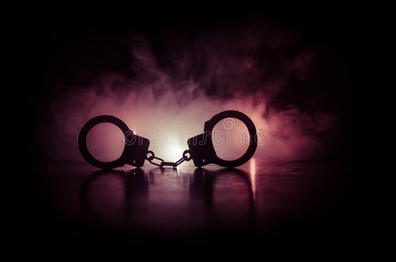 handcuff of sluiting op zwarte achtergrond Silhouet van sluiting op donkere achtergrond royalty-vrije stock foto's