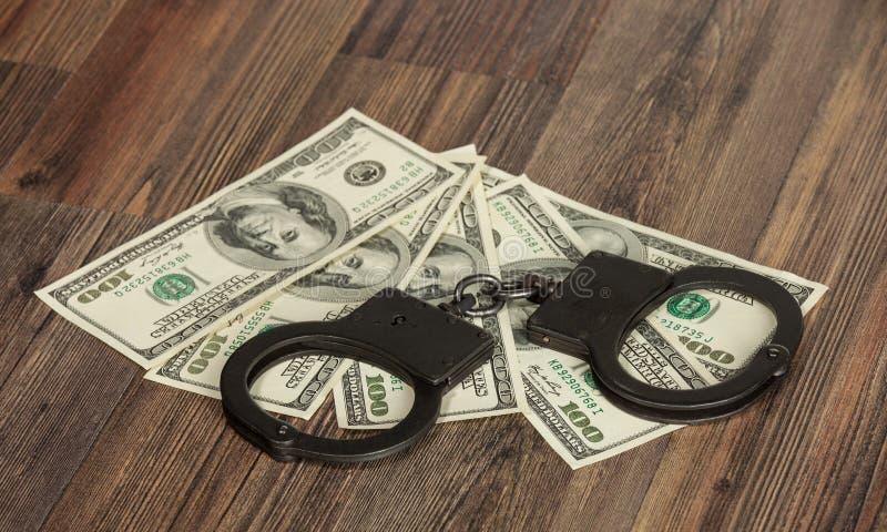 Handcuffs en geld stock fotografie