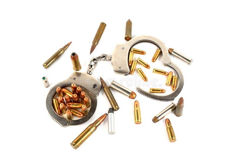 Handcuffs en kogels stock afbeelding