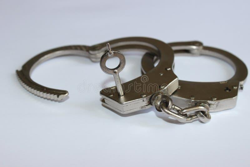 Handcuffs met sleutel royalty-vrije stock afbeelding