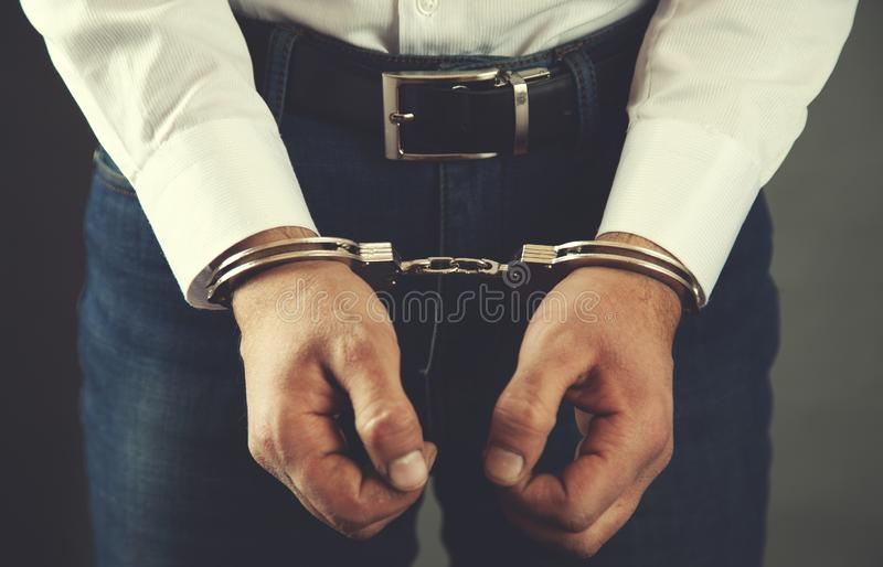 Handcuffs van de mensenhand stock afbeelding