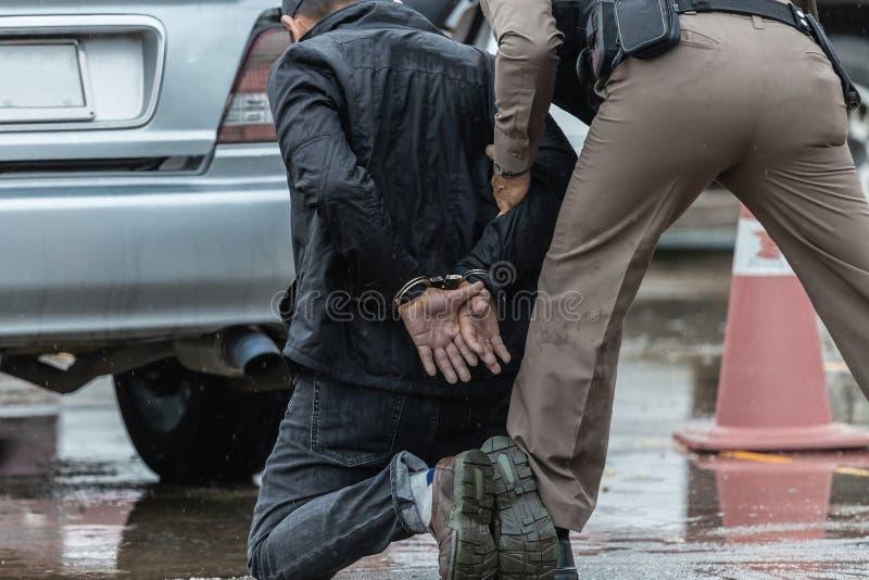 Handcuffs van het politiestaal, gearresteerde Politie, Politie arresteerden de delinquent royalty-vrije stock afbeeldingen