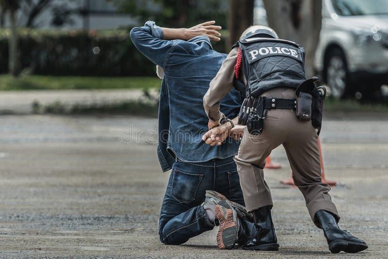 Handcuffs van het politiestaal, gearresteerde Politie, Politie arresteerden de delinquent stock foto's