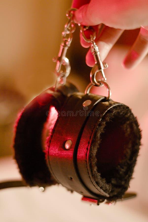 Handcuffs voor erotische spelen voorlegging royalty-vrije stock afbeeldingen
