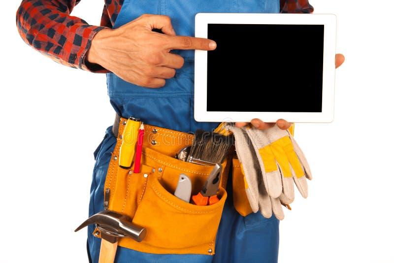 Handdiearbeidersmens op wit met tablet wordt geïsoleerd stock afbeelding