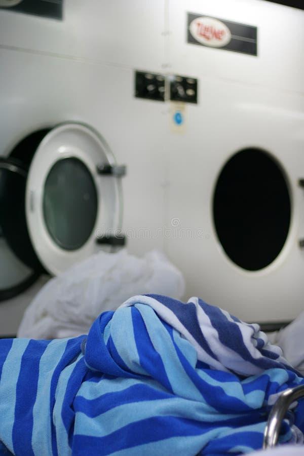 Handdoek bij wasserij stock foto's