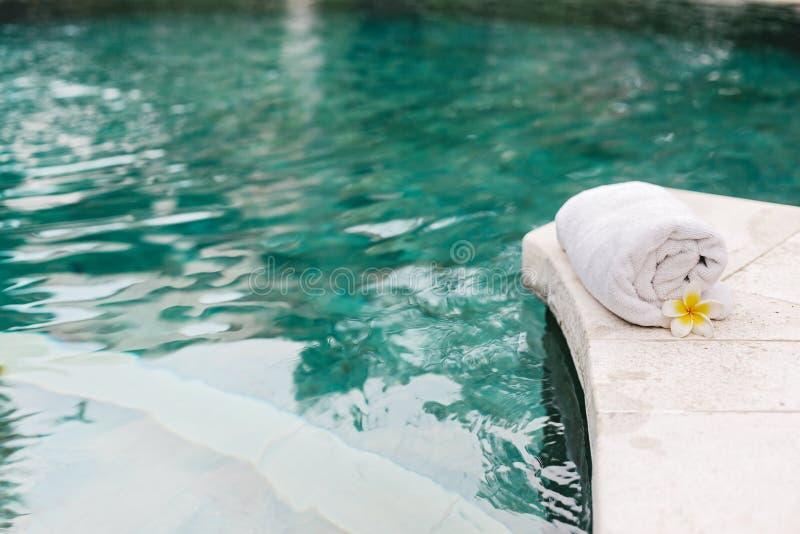 Handdoek en bloem in luxury spa Jacuzzipool royalty-vrije stock foto