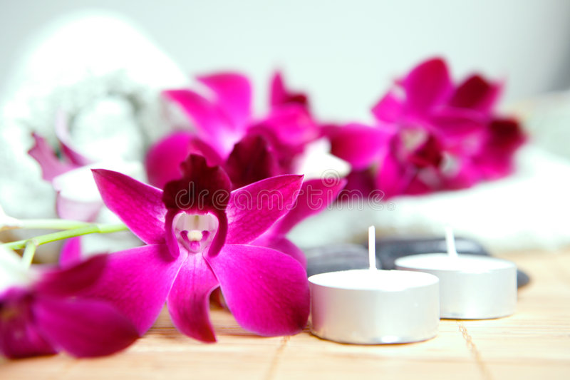 Handdoek, kiezelstenen en candle spa therapie stock afbeeldingen