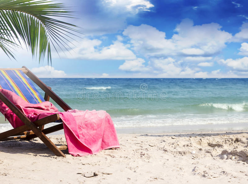 Handdoek op ligstoelen bij mooi tropisch strand royalty-vrije stock foto's