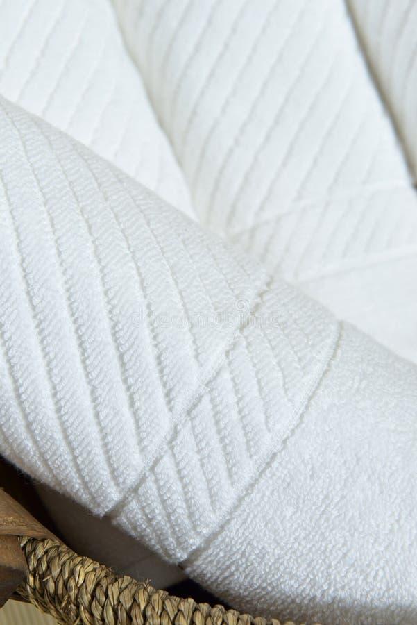 Handdoek op mand stock afbeeldingen