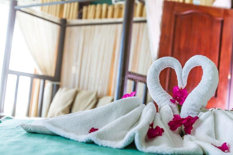 Handdoekdecoratie in hotelruimte, handdoekvogels, ruimteinterio royalty-vrije stock foto