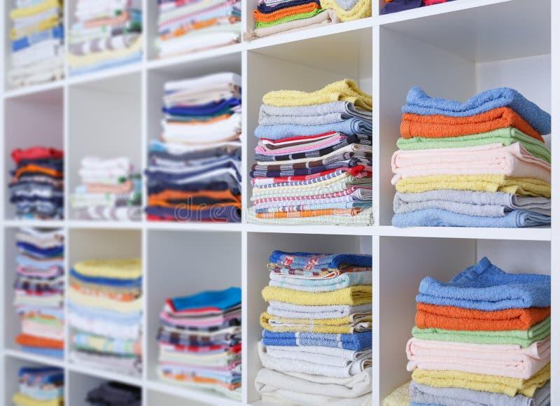 Handdoeken, bedbladen en kleren stock afbeelding