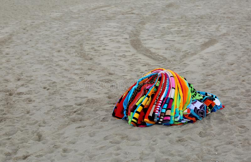 Handdoeken die op het strand door een verkeerde verkoper na politie rijk zijn royalty-vrije stock afbeeldingen