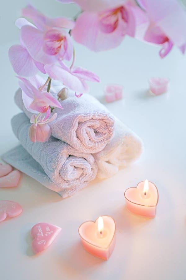 Handdoeken en orchideeën royalty-vrije stock fotografie