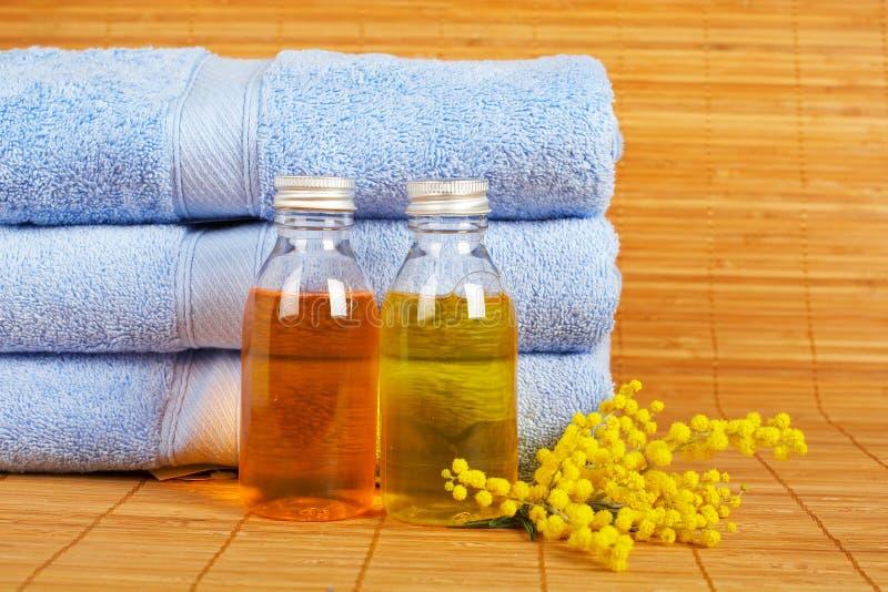 Handdoeken en zeepflessen royalty-vrije stock afbeelding