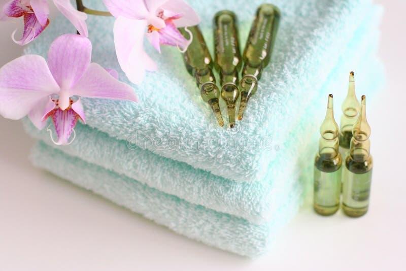 Handdoeken met beautysAmpules stock fotografie