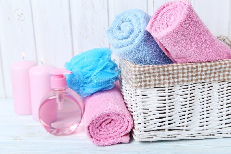 Handdoeken met bosje en kaars stock fotografie