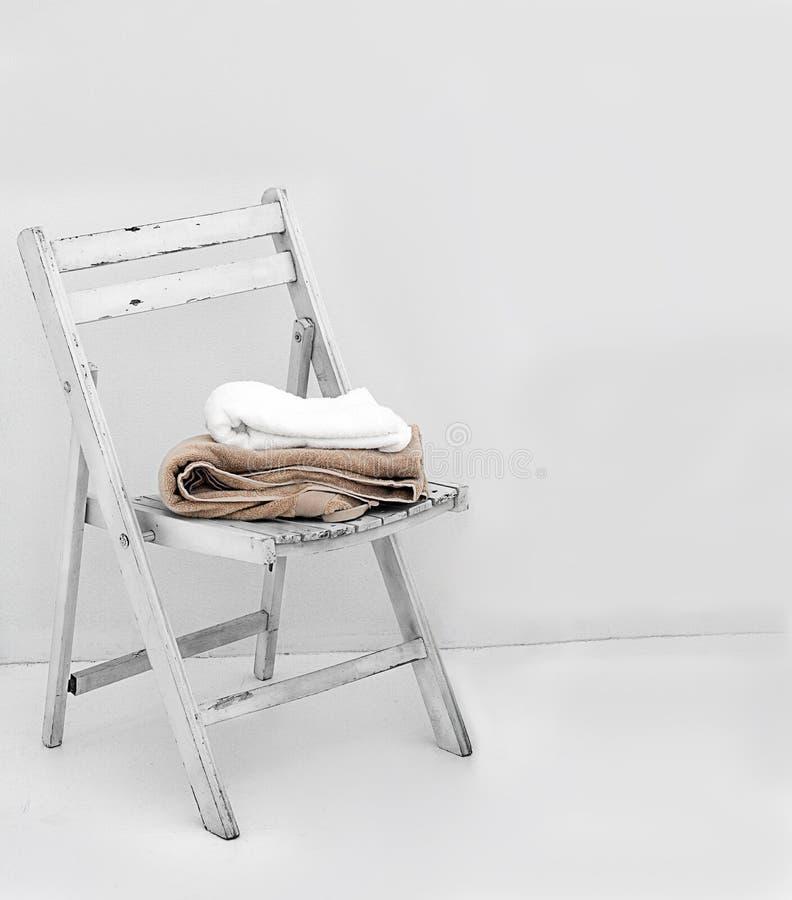 Handdoeken op stoel royalty-vrije stock afbeeldingen