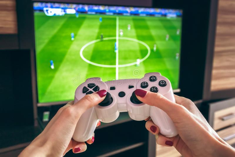 Handdrahtloser gamepad Prüfer Spielt Steuerknüppel im Fußballsimulator lizenzfreies stockbild