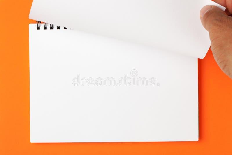Handdrehungs-Seite des leeren Notizbuches stockfoto