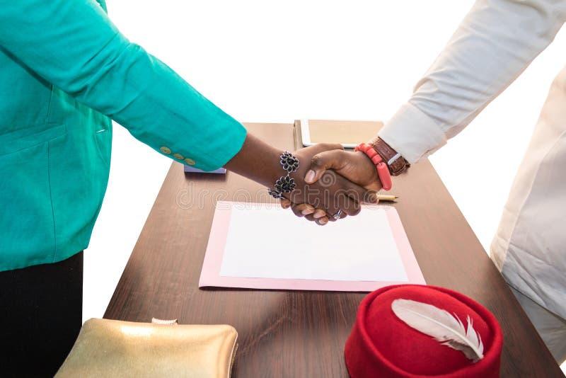 Handdruk aan Zaken in Afrika royalty-vrije stock afbeeldingen