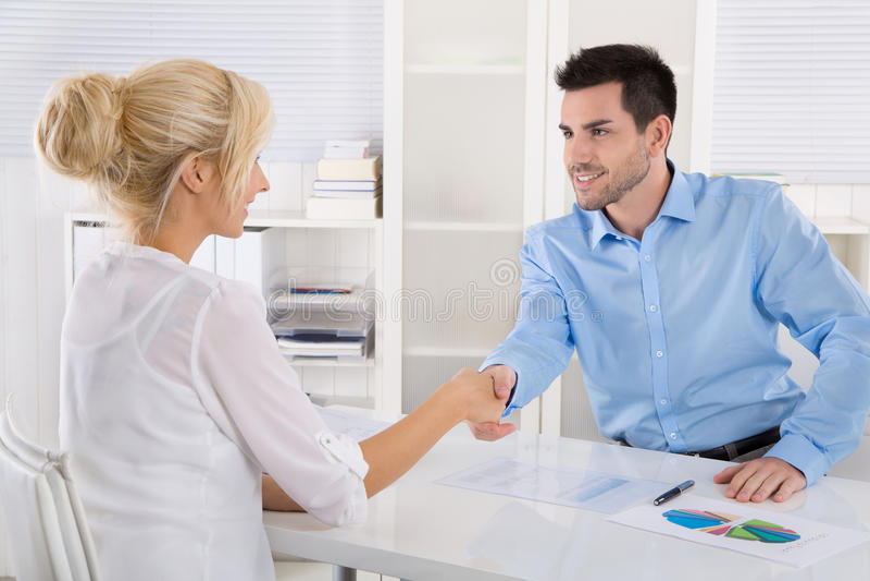 Handdruk: Bedrijfsmensen in een vergadering Adviseur en klantensi stock fotografie