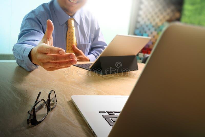 Handdruk die voor zaken helpen De documenten financieren grafische grafiek stock afbeeldingen