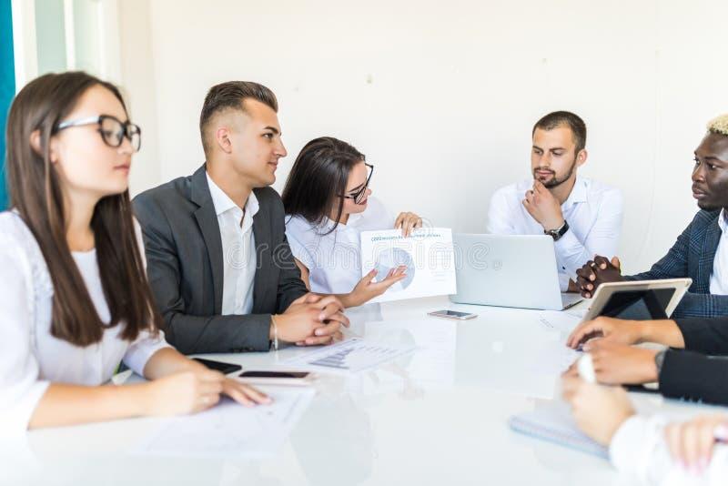 Handdruk in diversiteits commerciële teamvergadering, documenten en grafieken op het bureau Projectvergadering royalty-vrije stock afbeeldingen