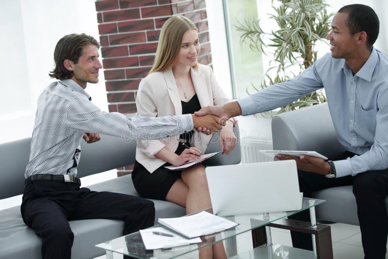 Handdruk financiële partners op de commerciële vergadering royalty-vrije stock foto's