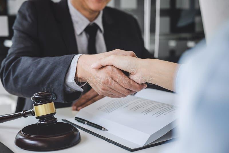 Handdruk na goede samenwerking, de handen van OnderneemsterShaking met Professionele mannelijke advocaat na het bespreken van goe royalty-vrije stock foto's