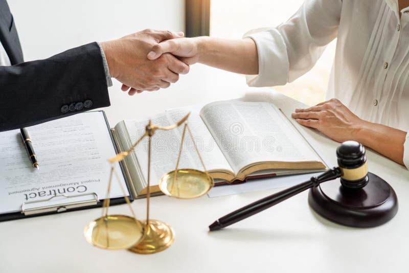 Handdruk na samenwerking tussen procureursadvocaat en cliënten die een hoop van de contractovereenkomst van overwinning over wett stock afbeelding