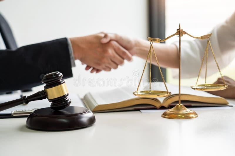 Handdruk na samenwerking tussen procureursadvocaat en cliënten die een hoop van de contractovereenkomst van overwinning over wett stock fotografie