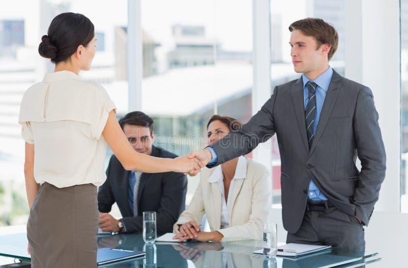 Handdruk om een overeenkomst na een vergadering van de baanrekrutering te verzegelen royalty-vrije stock afbeeldingen