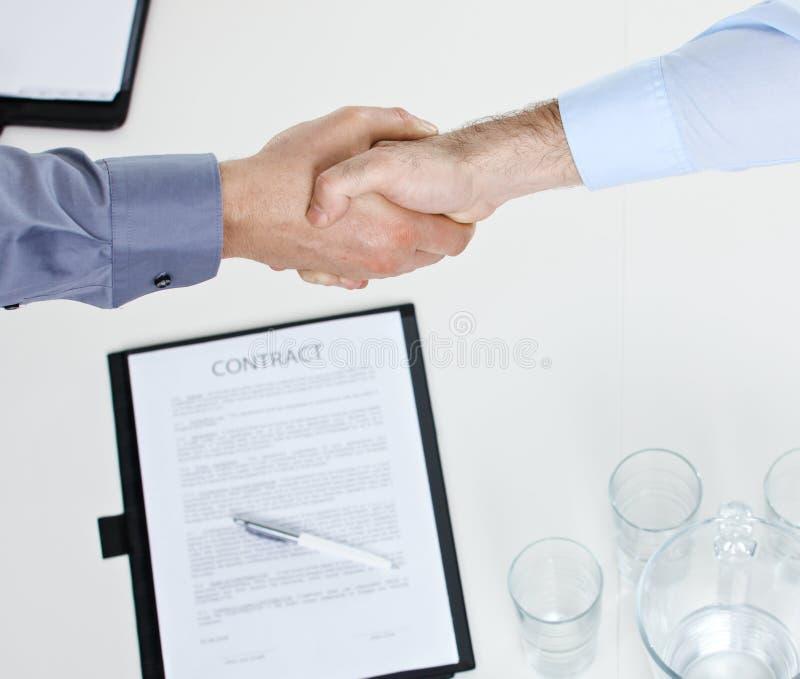Handdruk over contract op lijst stock afbeelding