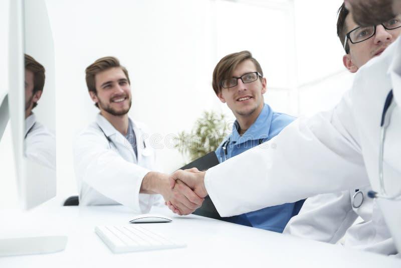 Handdruk twee medische collega's royalty-vrije stock fotografie
