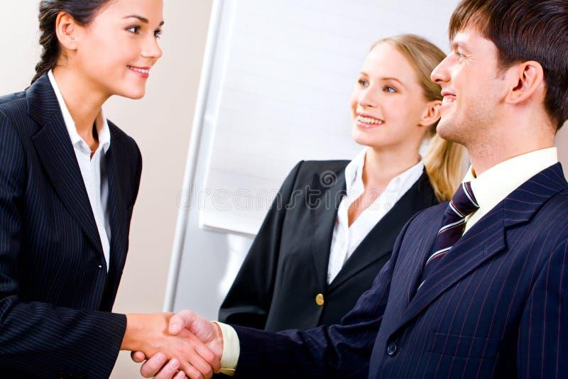 Handdruk van partners stock afbeeldingen