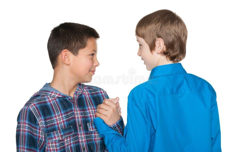 Handdruk van twee jongens stock afbeelding