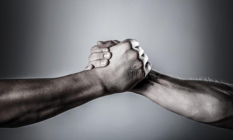 Handdruk, wapens Vriendschappelijke handdruk, vrienden het begroeten Redding, die hand helpen Mannelijke die hand in handdruk wor stock fotografie