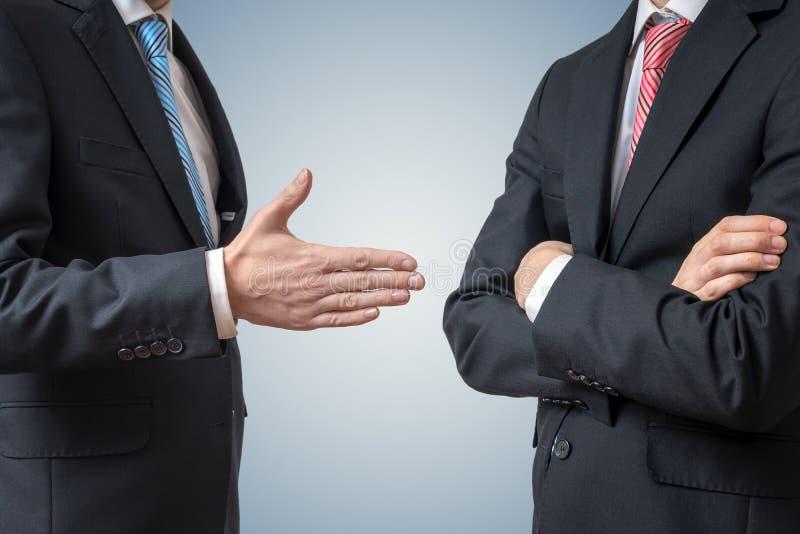 Handdrukafval De mens weigert schokhand met zakenman die zijn hand aanbiedt stock afbeeldingen