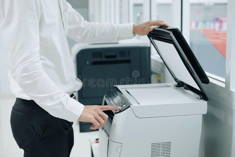 Handdrukknop op paneel van printerscanner of de machine van het laserexemplaar in bureau stock afbeelding